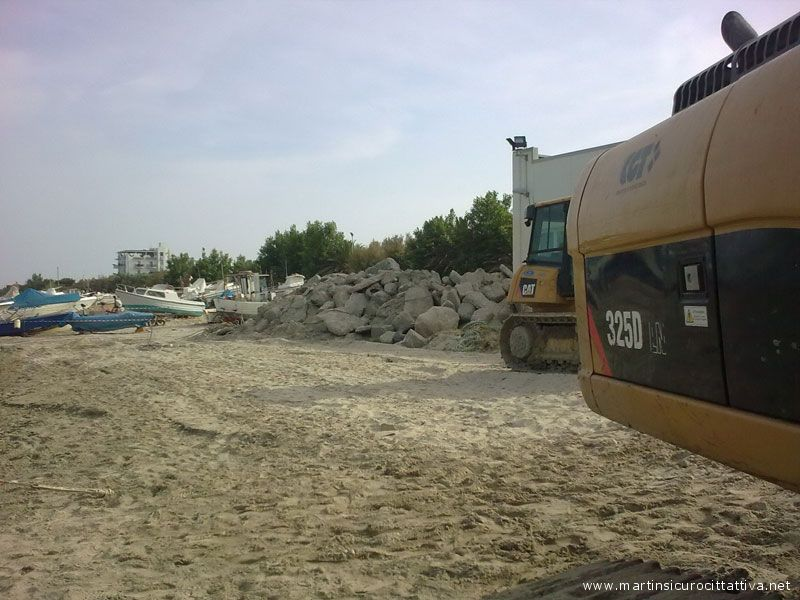 Escavatori e barche nei pressi del Centro polifunzionale per la pesca